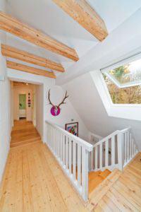 house-859-im-zuge-des-umbaus-des-satteldachhauses-liessen-mangolds-die-gut-erhaltenen-balken-freilegen-und-2