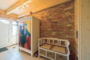 house-935-als-kontrast-wurden-in-diele-oben-und-bad-grobe-bruchsteinmauerstuecke-eingesetzt-sie-versinnbild-2