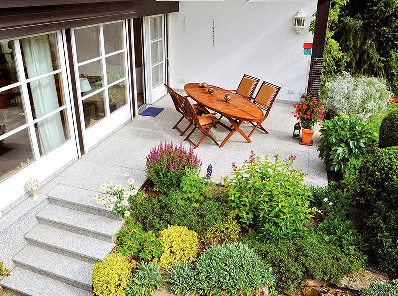 Terrassenbegrünung mit Blüh- und Grünpflanzen