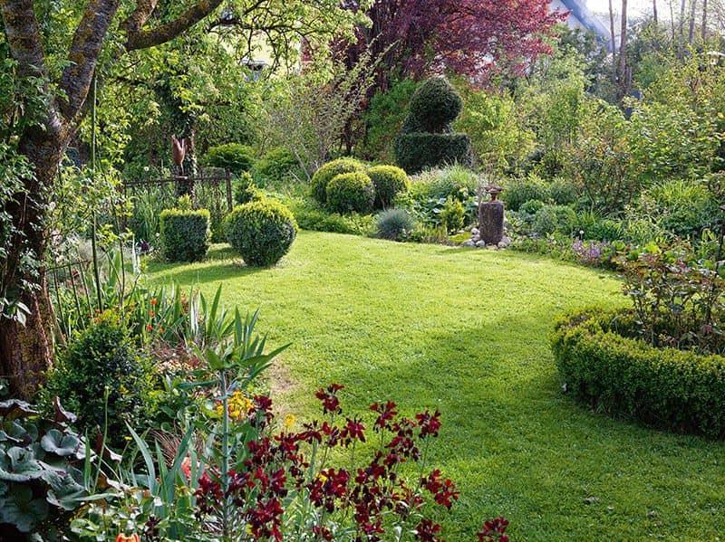 Garten mit geschwungenen Rasenflächen (Foto: Pressebild)