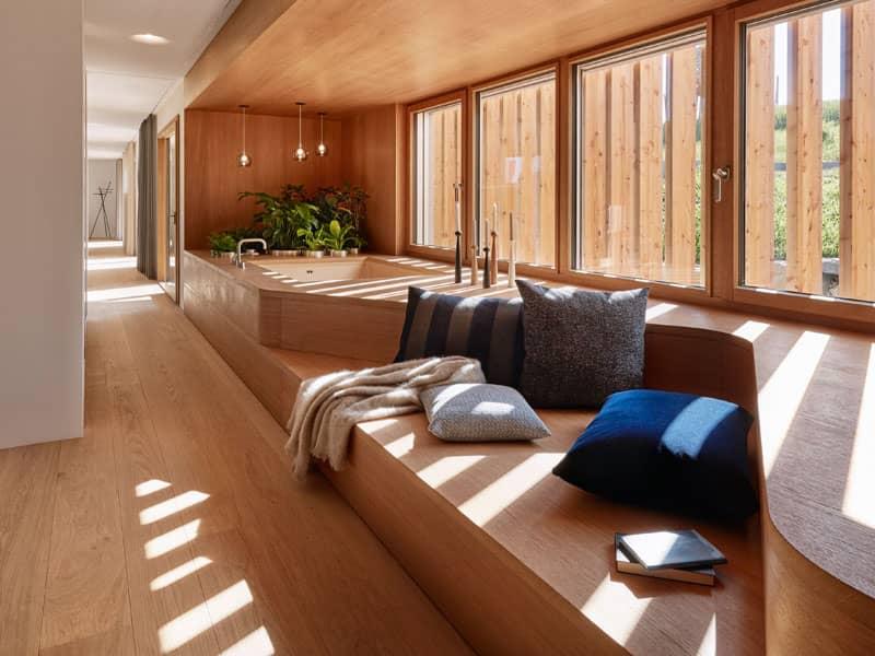 Badbereich mit integrierter Badewanne im Podest