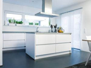 frei geplantes Kundenhaus NEO von FingerHaus Küche
