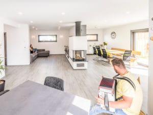 Entwurf Modern 240 von Fischerhaus Wohn-Ess-Bereich von der Küche aus