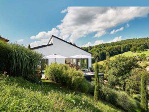 Pultdach modern 102 von Luxhaus Terrassenseite