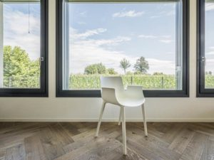 Haus Verona von Rubner-Haus. Fensterfront mit Holzboden