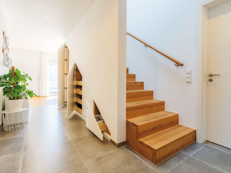 Eingebaute Einbauschränke unter der Treppe