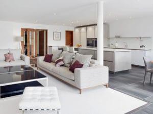 Blick in den Wohn- und Essbereich mit offener Küche