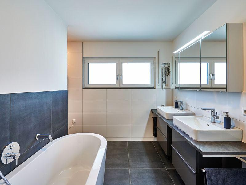 Badezimmer im Kundenhaus Schneider-Boehm von Fertighaus Weiss