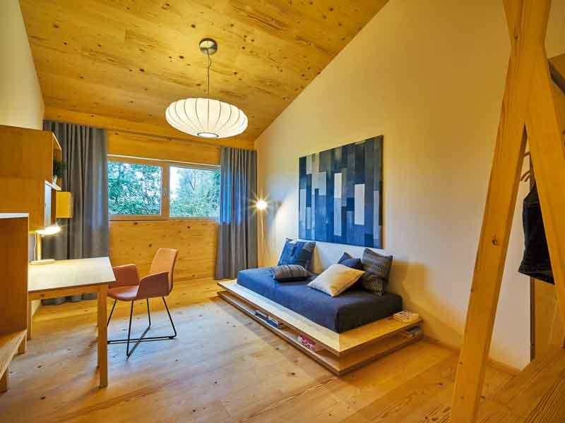 Jugendzimmer mit Podest in der Casa Vita von Sonnleitner