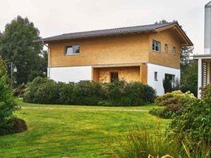 Seitenansicht der Casa Vita XL Sonnleitner mit Hauseingang