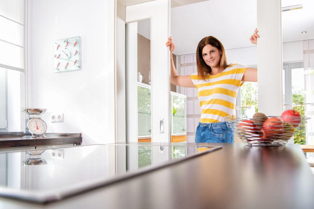 Musterhaus-Küche mit Schiebetür