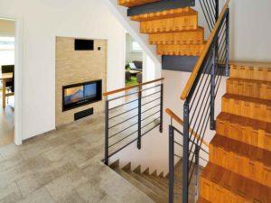 Flurblick auf Treppe und Kamin