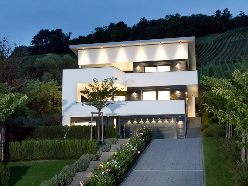 Design-Villa am Weinberg in der Nacht