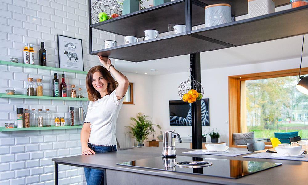 Modern, frisch, schön: Metrofliesen zieren den offenen Kochbereich von Musterhaus sunshine 220 von WeberHaus.