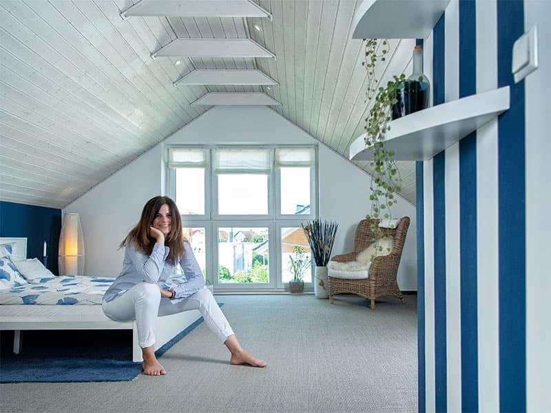 Farbe bekennen und Freiheit leben: Maritimer Look und viel Tageslicht unterm Dach. Musterhaus Danhaus, FertighausWelt Köln