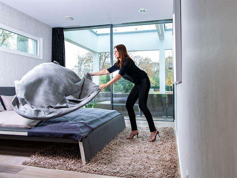 Schlafzimmer mit Ausblick: Die bodentiefen Schiebeelemente bieten Zugang zur Terrasse. Bungalow Linx von WeberHaus