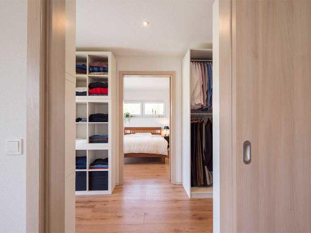web-arbeiten-und-wohnen-frei-geplantes-Kundenhaus-Ankleide