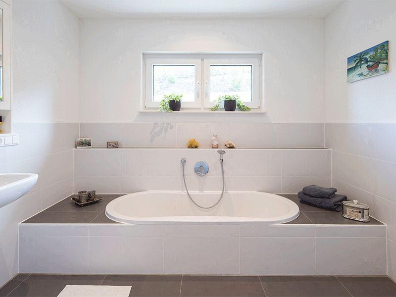 web-arbeiten-und-wohnen-frei-geplantes-Kundenhaus-Bad