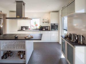 web-arbeiten-und-wohnen-frei-geplantes-Kundenhaus-Kueche