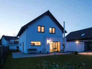 Traumhaus mit Herz-Neo 211 von Fingerhaus Terrasse Nacht