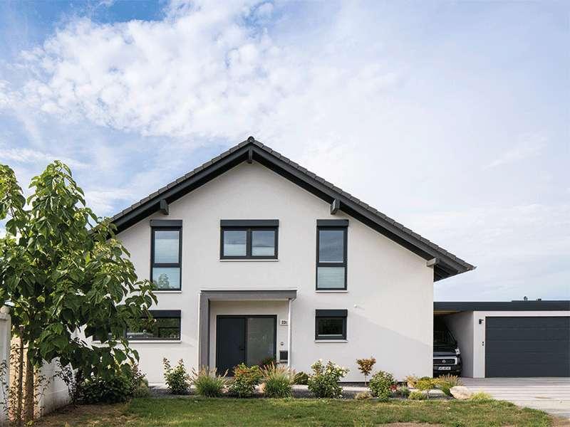 web-traumhaus-nach-maß-–-frei-geplantes-kundenhaus-von-fingerhaus_Vorderfront