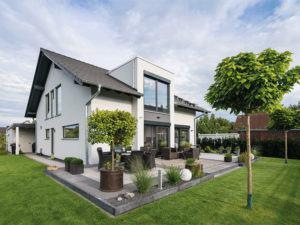 web-traumhaus-nach-maß-–-frei-geplantes-kundenhaus-von-fingerhaus_Gartenseite