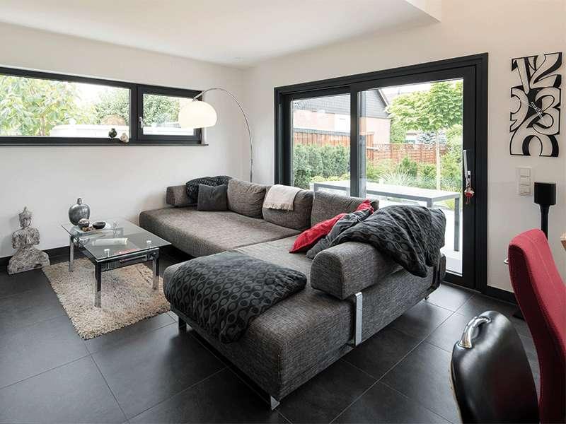 web-traumhaus-nach-maß-–-frei-geplantes-kundenhaus-von-fingerhaus_Wohnzimmer
