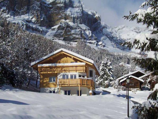 web_Wallis-Bodenseehaus-aussen-Berge_Schnee
