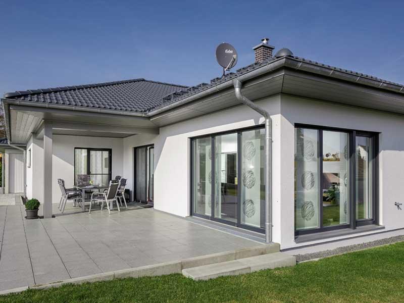 web_luxhaus-bungalow-walmdach-130-aussenaufnahme