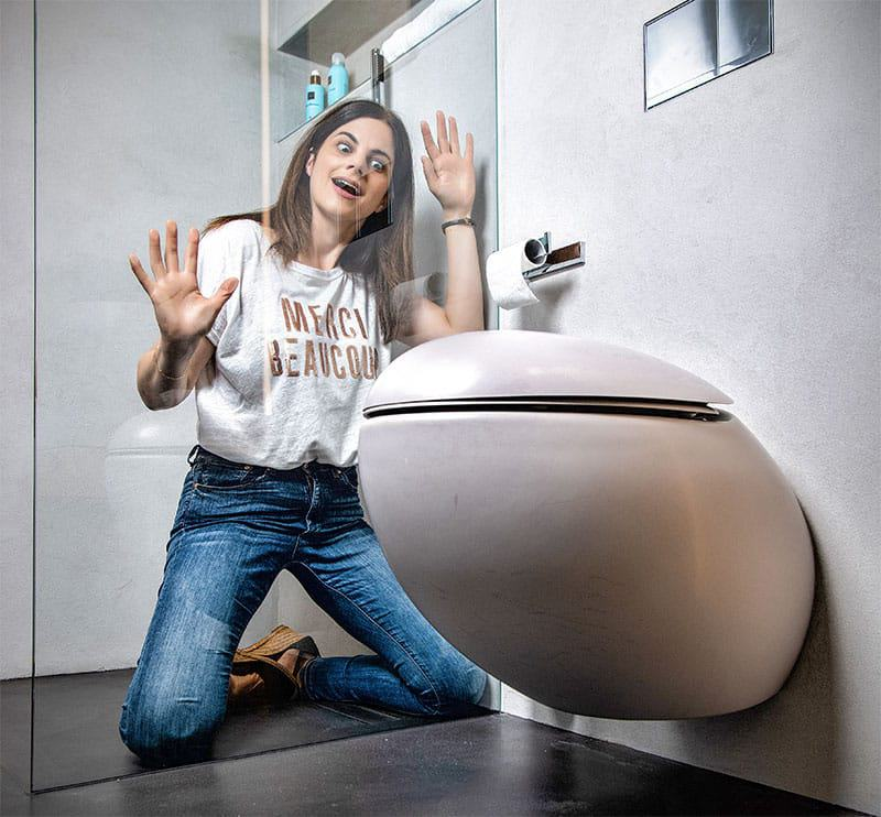 Ei, ei, ei: Im Gäste-WC des Musterhauses fine von Luxhaus ein echter Hingucker. (Modell: Laufen Alessi One)