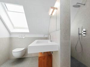 Badezimmer mit Dachschrägen Trennwand