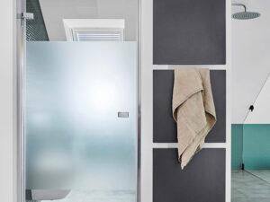 Badezimmer mit Dachschrägen Dusche und WC getrennt