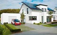 Haus mit Photovoltaikanlage und E-Auto