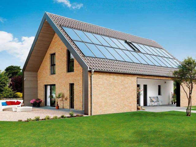 Haus mit PV-Anlage auf dem Dach