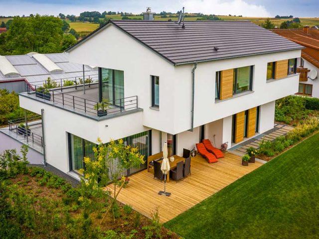 Kundenhaus Freiensteinau von Bittermann & Weiss Holzhaus. Gartenansicht