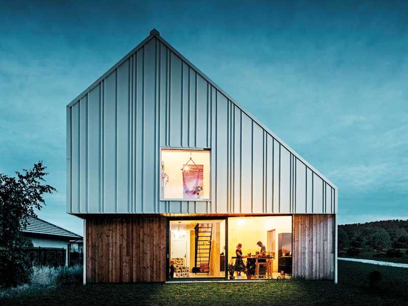 Haus mit Fassade aus Aluminiumprofilen von der Seite.