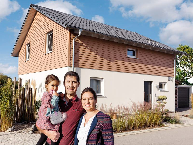 Aktionshaus Schwoerer_KH_Chnaid-Tautorat_Eingang_mit Familie