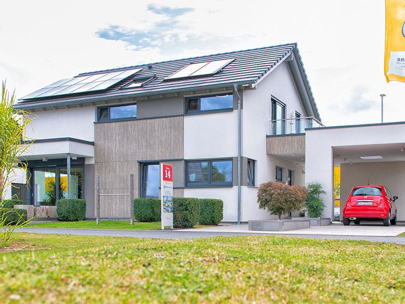 Zutaten für ein energieeffizientes Haus: eine gut gedämmte Gebäudehülle, Photovoltaik und Energiespeicher sowie eine Wärmepumpe. Musterhaus Brentano von Büdenbender Hausbau
