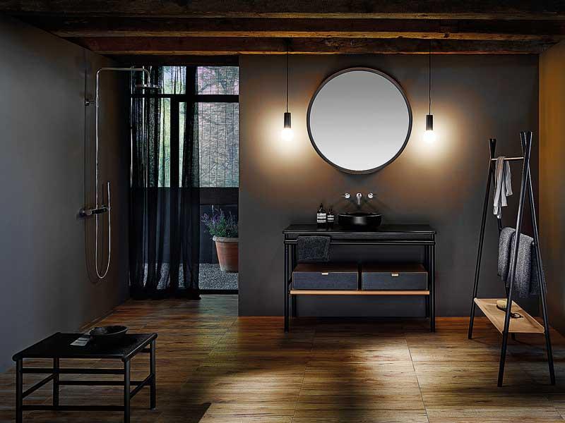 Gut beleuchteter Bad-Spiegel mit Waschtisch.
