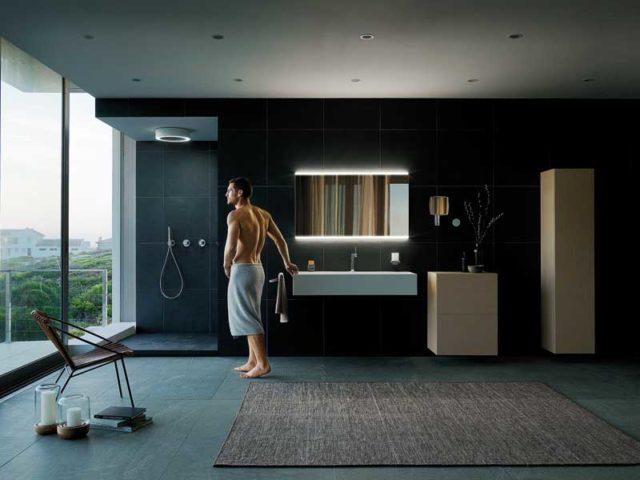 Mann am Morgen im Badezimmer