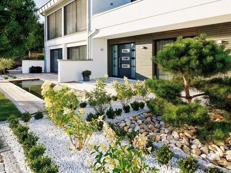 Gelungenes Beispiel, wie man den Garten mit Kieselsteinen gestalten kann.