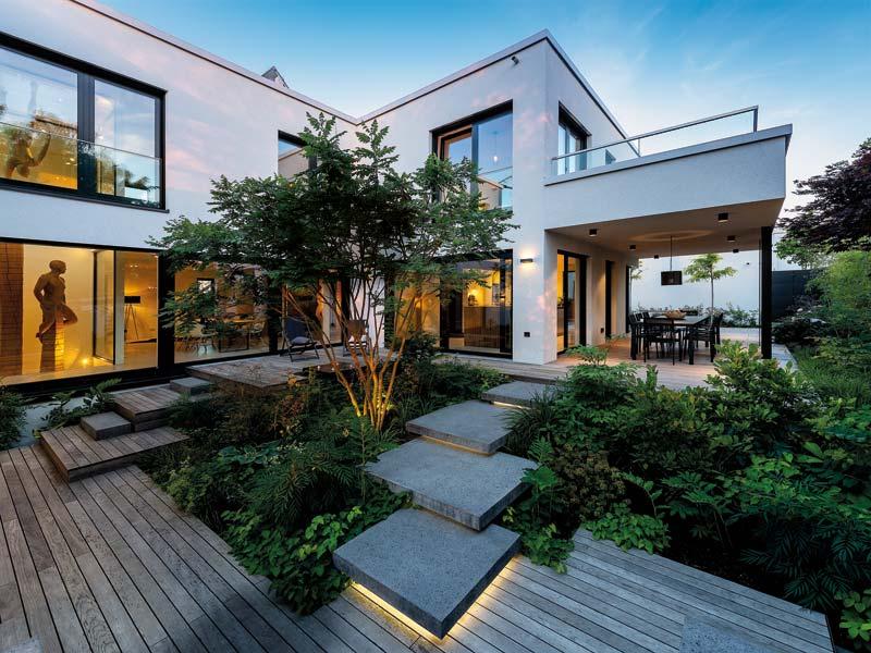 Diese Treppe ist ein eindrucksvolles Beispiel dafür, wie man den Garten mit Betonsteinen akzentuiert.