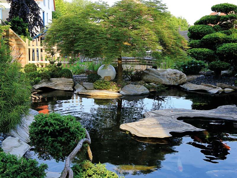 Beispiel für eine vielschichtige Seenlandschaft, die mit Natursteinen gestaltet wurde.