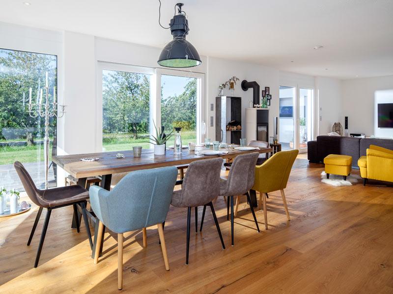 Haus Zimdal von Baumeisterhaus. Offener Wohn- und Essbereich