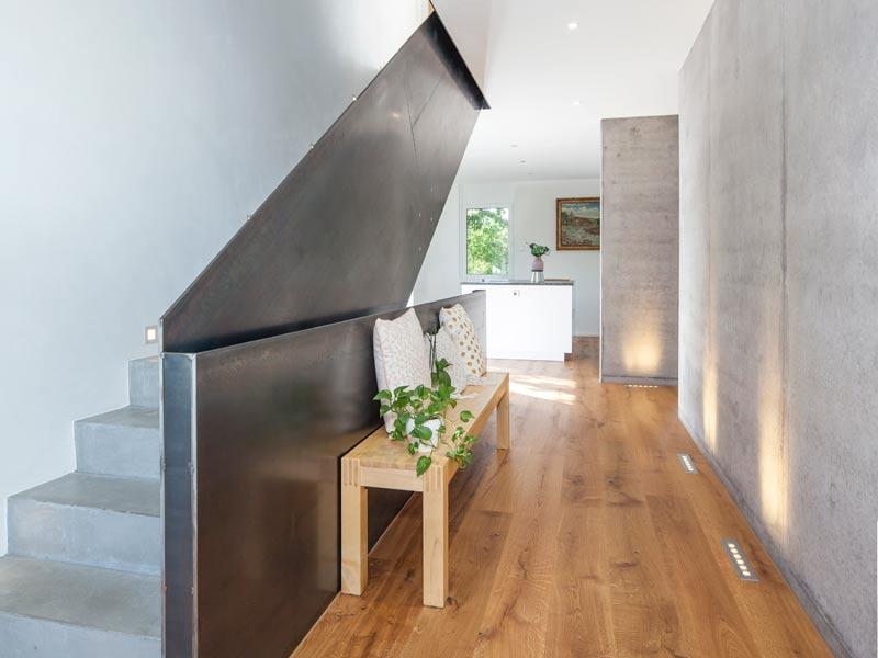 Haus Zimdal von Baumeisterhaus. Flurbereich mit Treppe aus Sichtbeton