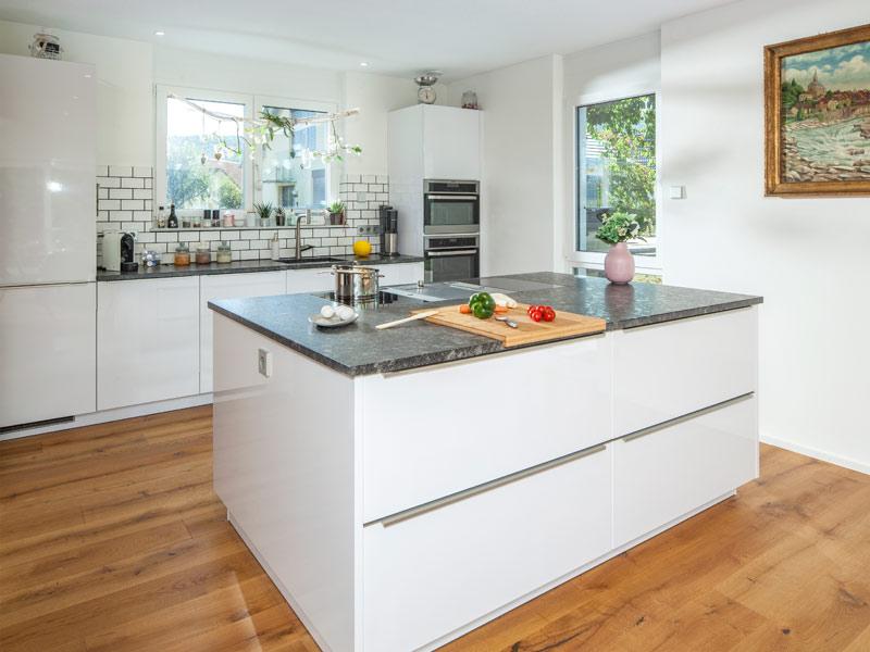 Haus Zimdal von Baumeisterhaus. Freistehender Küchenblock
