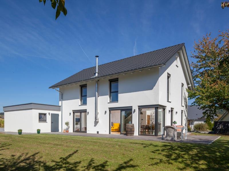 Haus Zimdal von Baumeisterhaus. Terrasse und Garten