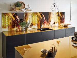 Arbeitsplatte aus Glas in einer glänzenden Traumküche