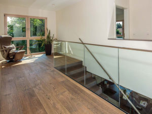 Einläufige Treppe mit Glasfront