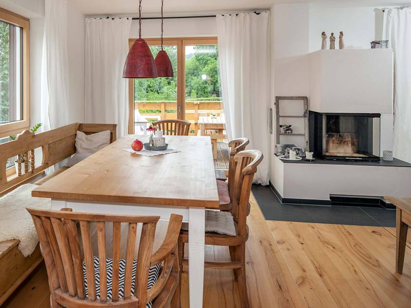Haus Querfeld von Baumeister-Haus. Essbereich mit Kamin